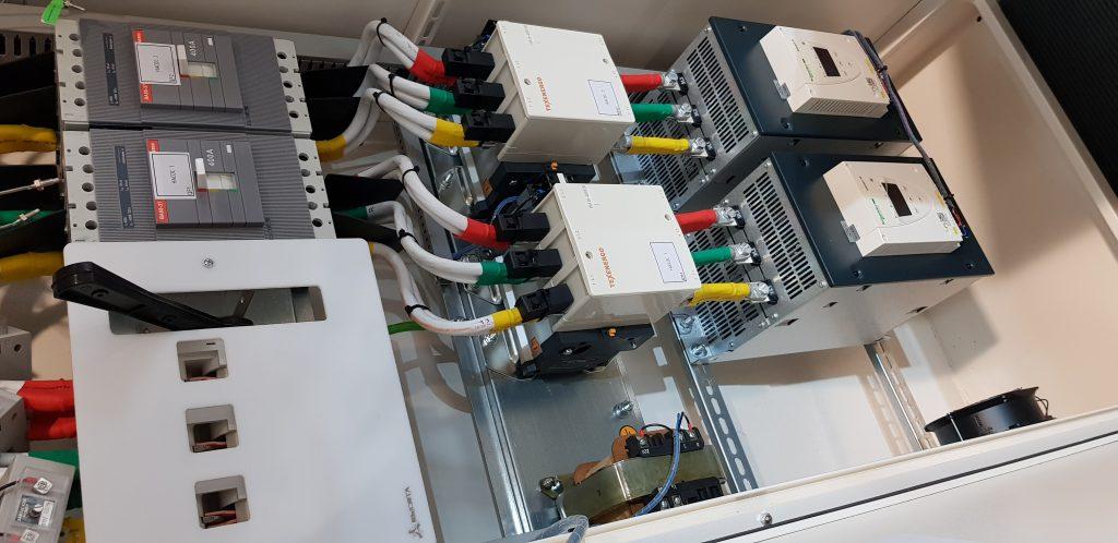 Шкаф управления двумя насосами 200кВт с раздельными устройствами плавного пуска в компактном корпусе
